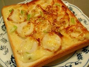 竹輪と葱のピリ辛胡麻トースト
