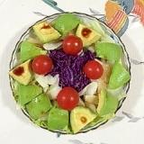 紫キャベツとセロリ、アボガドのサラダ