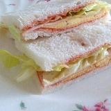 薄焼きたまごとレタスのサンドイッチ
