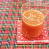 セロリとニンジン入りのトマトジュース