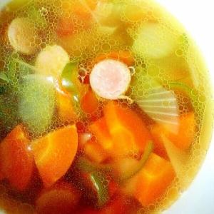 ウインナーとピーマンとタマネギで作るコンソメスープ