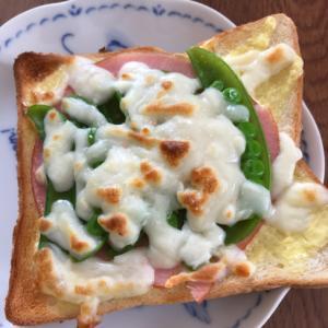 ハムとスナップえんどうのチーズトースト