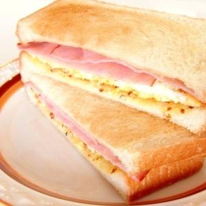 くずし目玉焼きとハムのトーストサンド