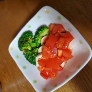 鶏ハムとブロッコリーのトマトサラダ