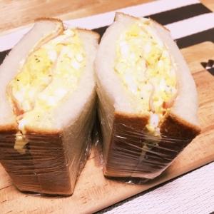 たっぷり卵サラダとハムの厚盛りサンド