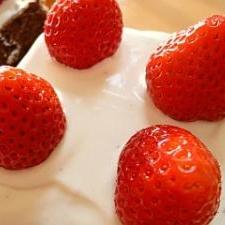 あまおう苺たっぷり☆ココア風味のスクエアケーキ