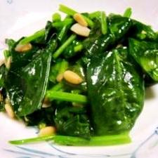 ホウレン草と松の実の炒め物