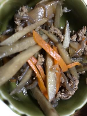 細切りごぼう、人参と牛肉と蒟蒻のすき焼き風煮込み