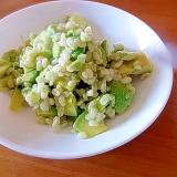アボカドともちムギのサラダ