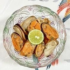 味つきムール貝にスダチ