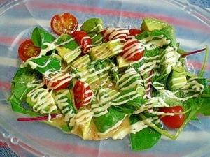 「アボカドとミニトマト、ベビーリーフのサラダ」