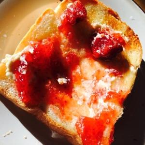 苺の甘さたっぷり!フライパンで苺バタートースト