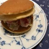 メープルパンケーキでカニカマサラダサンド