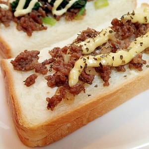 クリームチーズとそぼろのトースト
