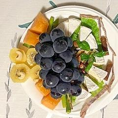カマンベルチーズと葡萄とメロンのサラダ