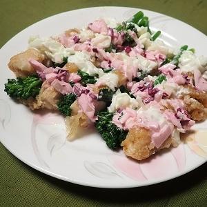 鶏肉とスティックブロッコリーのヨーグルトソース掛け