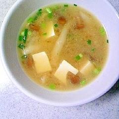 なめこ、シメジ、豆腐のみそ汁