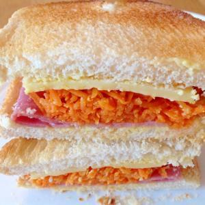 ハムチーズ人参サラダのサンドイッチ