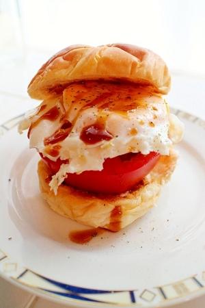 カフェ気分でかぶりつく厚切りトマトのサンドウィッチ