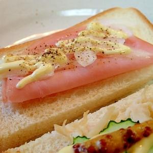 ペッパー/マヨで ハムと玉ねぎのトースト