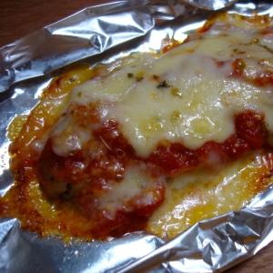 トマトソースとバジルオイルを使ったチーズ焼き