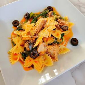 鯖の水煮と春菊のトマトソース・ファルファッレ