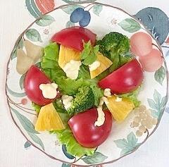 リーフレタス 、トマト、パインのサラダ