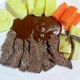 牛カルビの焼肉とじゃが芋、人参にデミグラスソース