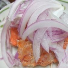 カルシウムたっぷり!紅鮭中骨缶と紫タマネギのサラダ