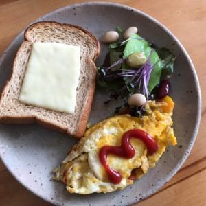 チーズトーストとパプリカオムレツの朝ごはん