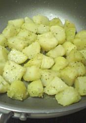 じゃがいもは皮をむいて、鍋に入れひたひたの水に大さじ1の塩を入れてゆでる。フライパンにバター(マーガリン)を入れて茹でたじゃがいもを入れてからめ、あらびき