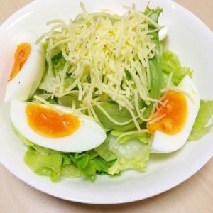 ゆで卵とチーズのサラダ