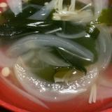 玉ねぎとエノキ入りワカメスープ