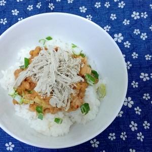 とろろ昆布とキムチ納豆の小丼
