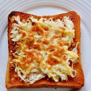 鮭フレークとキャベツの味噌トースト