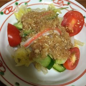食べるゴマドレッシングをかけた野菜サラダ