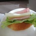レタスときゅうりとハムチーズのクロワッサンサンド