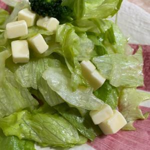 レタスとブロッコリーとチーズのサラダ