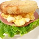 レンジで簡単!朝食にも♪ふわふわ卵のマフィンサンド