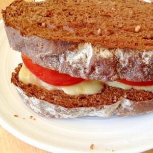 ライ麦パンでトマトとチーズとオリーブのサンドイッチ