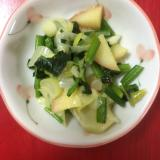 離乳食に りんご、ほうれん草、ネギの炒め物
