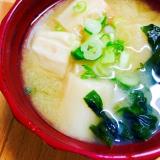 お出汁から初めてでも簡単!豆腐とわかめのお味噌汁