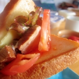 豚肉紅茶煮とレタスとトマトのチーズサンド