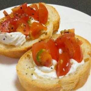 水切り塩ヨーグルトとミニトマトのブルスケッタ