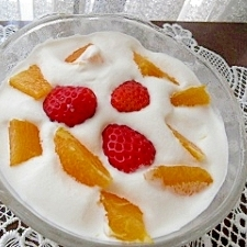 生クリームにフルーツをのせてショートケーキ気分