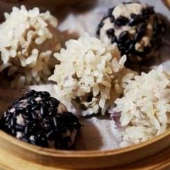 おうち飲茶、餅米と黒米の2色鰹団子