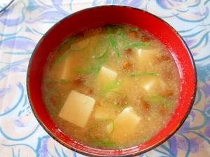 なめこと豆腐の定番味噌汁