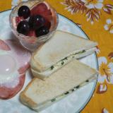 チーズ貝割れのホットサンドとハムエッグとフルーツ☆