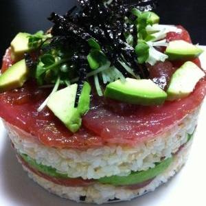 マグロとアボガドの寿司ケーキ