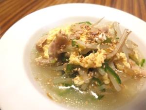 鶏皮ともやしの中華卵スープ